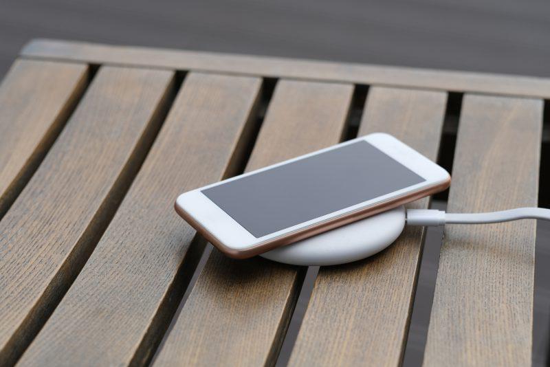 Ładowanie indukcyjne telefonu komórkowego – na czym polega?